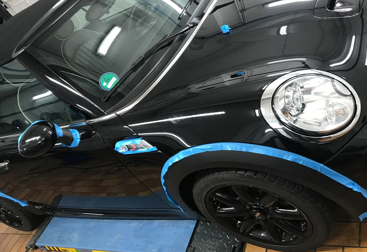 schwarzer mini bei der fahrzeugaufbereitung sostar